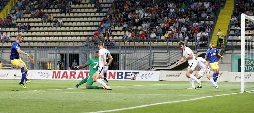 Und wieder verhindert ein Abwehrbein den Torerfolg. RB Leipzig verzweifelt an Zorya Luhansk. | GEPA Pictures - Roger Petzsche