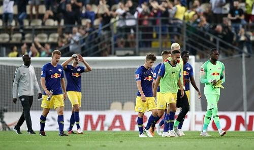 Hängende Köpfe nach dem 0:0 von RB Leipzig bei Zorya Luhansk. Ralf Rangnick war trotzdem einverstanden mit dem Auftreten seiner Mannschaft. | GEPA Pictures - Roger Petzsche