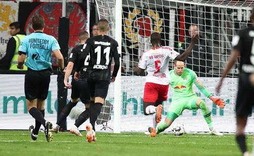 Peter Gulacsi hält in Frankfurt das 1:1 für RB Leipzig fest. | GEPA Pictures - Roger Petzsche