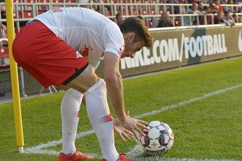 Man muss sich auch mal an den kleinen Dingen des Fußballs erfreuen können. Marcelo Saracchi legt sich den Ball für einen Eckball zurecht. | Foto: Dirk Hofmeister