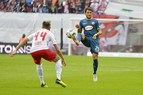 Auch ohne den Ball im Blick zu haben, hatte Fortunas Matthias Zimmermann das Spiel voll im Griff. | Foto: Dirk Hofmeister