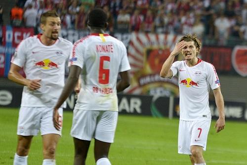 Marcel Sabitzer ist mit Ibrahima Konaté und dem Spielverlauf gar nicht zufrieden. | Foto: Dirk Hofmeister