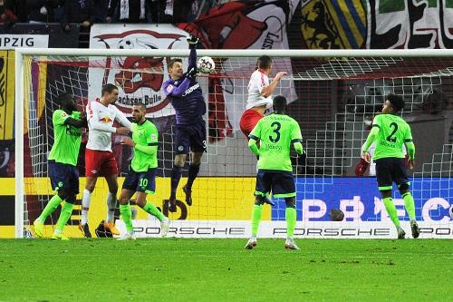 Alexander Nübel boxt sich fast den Ball ins eigene Tor. | Foto: Dirk Hofmeister