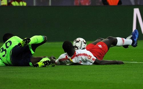 Prototypische Spielszene bei RB Leipzig gegen Schalke 04. | Foto: Dirk Hofmeister