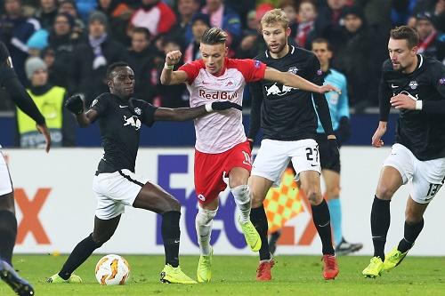Selbst mit mehreren Spielern waren die Salzburger Akteure oft nicht vom Ball zu trennen. | GEPA Pictures - Mathias Mandl
