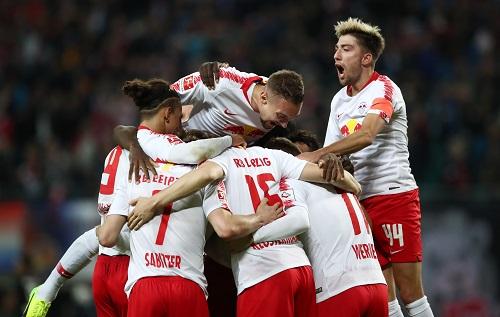 RB Leipzig bildet eine völlig berechtigte Jubeltraube angesichts eines ungefährdeten 3:0 gegen Bayer Leverkusen. | GEPA Pictures - Roger Petzsche