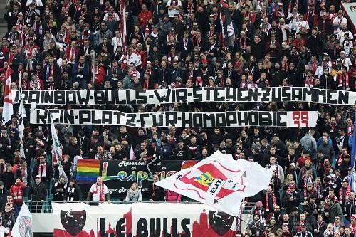 """Spruchband der RBL-Fans in Solidarität zum schwuil-lesbischen Fanclub """"Rainbow Bulls"""" : """"Rainbow Bulls - Wir stehen zusammen. Kein Platz für Homophobie"""""""