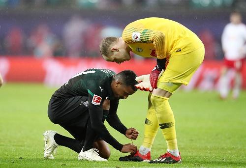 Außer einmal Schuhe zubinden war für Mönchengladbach in Leipzig nicht viel zu holen. | GEPA Pictures - Roger Petzsche