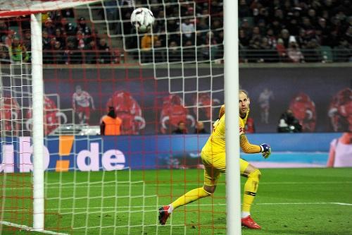 Da kann auch Peter Gulacsi nur hinterherschauen, als Axel Witsel den Ball zum 1:0 unter die Latte hämmert. | Foto: Dirk Hofmeister
