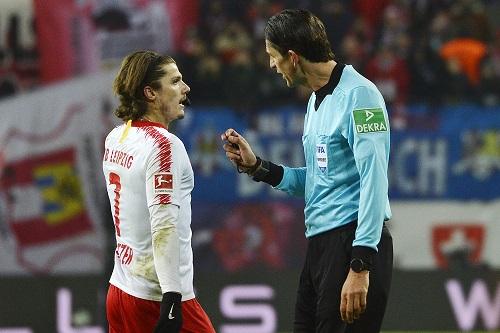 Es bestand bei den Spieler angesichts von Aytekins Entscheidungen dann doch häufig Redebedarf. | Foto: Dirk Hofmeister
