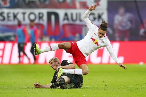 Wenn es drauf ankam, packte die Eintracht-Defensive gegen RB Leipzig beherzt zu. | GEPA Pictures - Roger Petzsche
