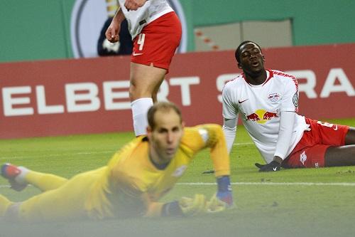 Puh, das war aber mal richtig knapp. Während Gulacsi noch dem Ball hinterherschaut, atmet Konaté einmal ganz tief durch. | Foto: Dirk Hofmeister