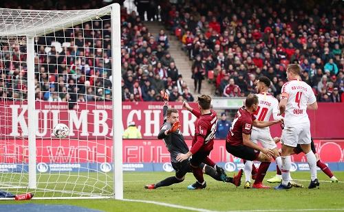 Viel Gewimmel, wenig klare Aktionen. Trotzdem gewinnt RB Leipzig verdient mit 1:0 in Nürnberg. | GEPA Pictures - Roger Petzsche