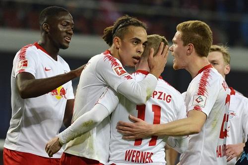 Yussuf Poulsen hat selbst im persönlichen Glück noch den Blick für den Mitspieler. | Foto: Dirk Hofmeister