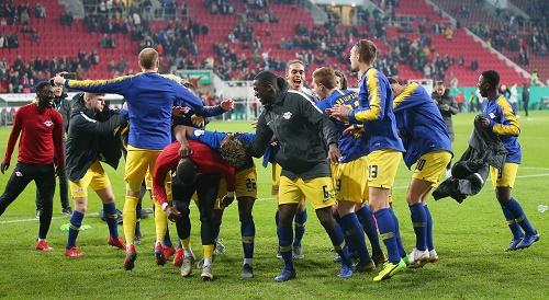 Ausufernde Freude nach der Partie über den Einzug ins Halbfinale des DFB-Pokal. | GEPA Pictures - Thomas Bachun
