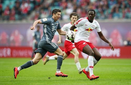 Kein Durchkommen gegen Ibrahima Konate, auch nicht für Robert Lewandowski. | GEPA Pictures - Roger Petzsche
