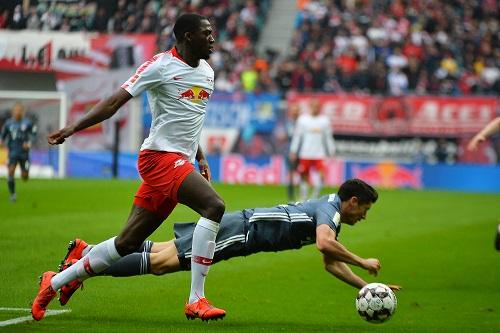Konaté steht, Lewandowski liegt am Boden. So ging das Duell zumeist aus. | Foto: Dirk Hofmeister