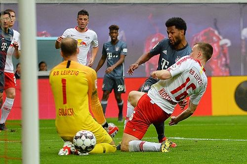 Glück gehabt. Der Ball trudelt nicht ins Tor, sondern kann geklärt werden. | Foto: Dirk Hofmeister